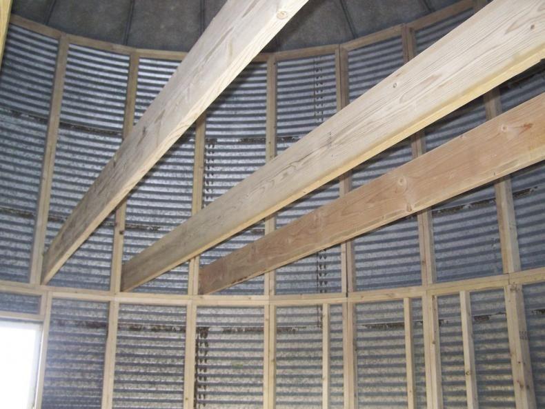 Farm Show Grain Bin Converted To Home Fo 9 000 Silo House Grain Bin House Grain Silo