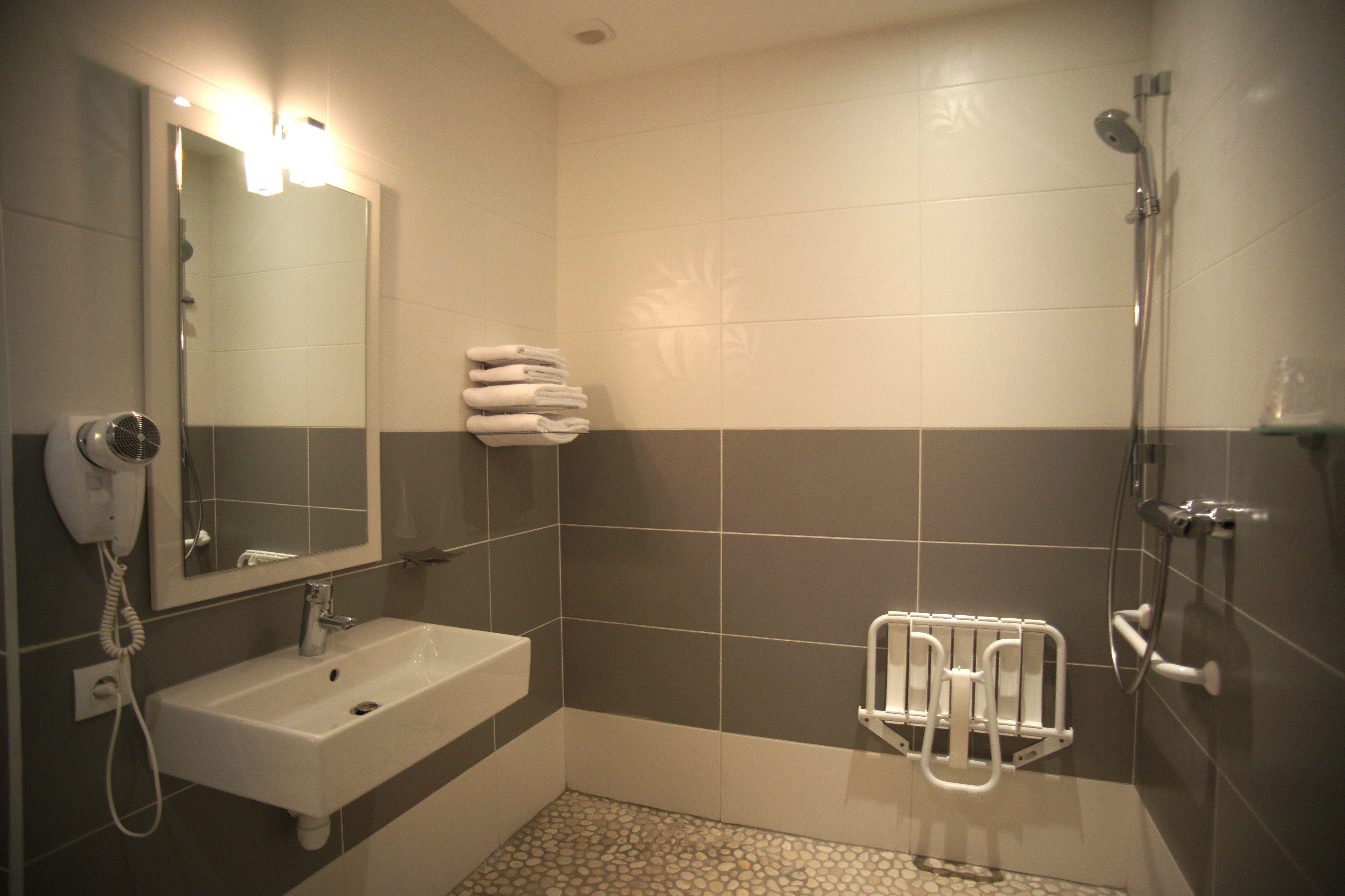 Lavabo Personne Mobilité Réduite salle de bain chambre n°8 avec aménagement pour personne à