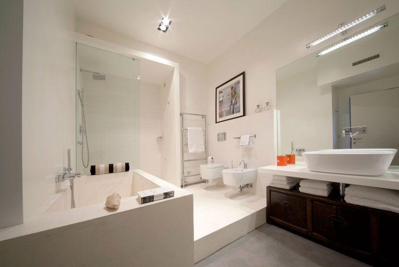 Bagno pavimento in resina epossicementizia spatolata rifinito con una resina poliuretanica - Progetto bagno con vasca e doccia ...