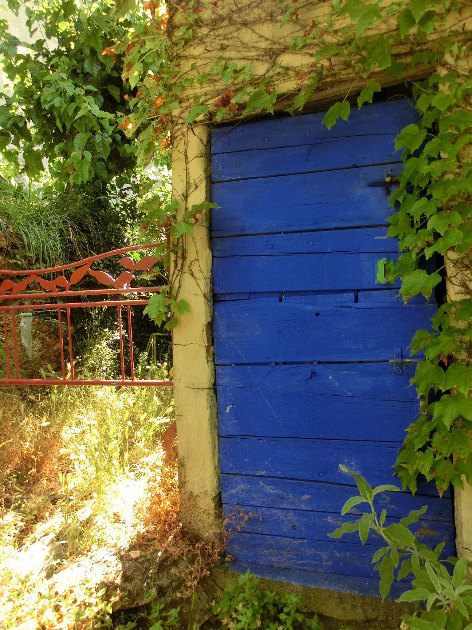 Porte bleue jardin des sambucs Cévennes France