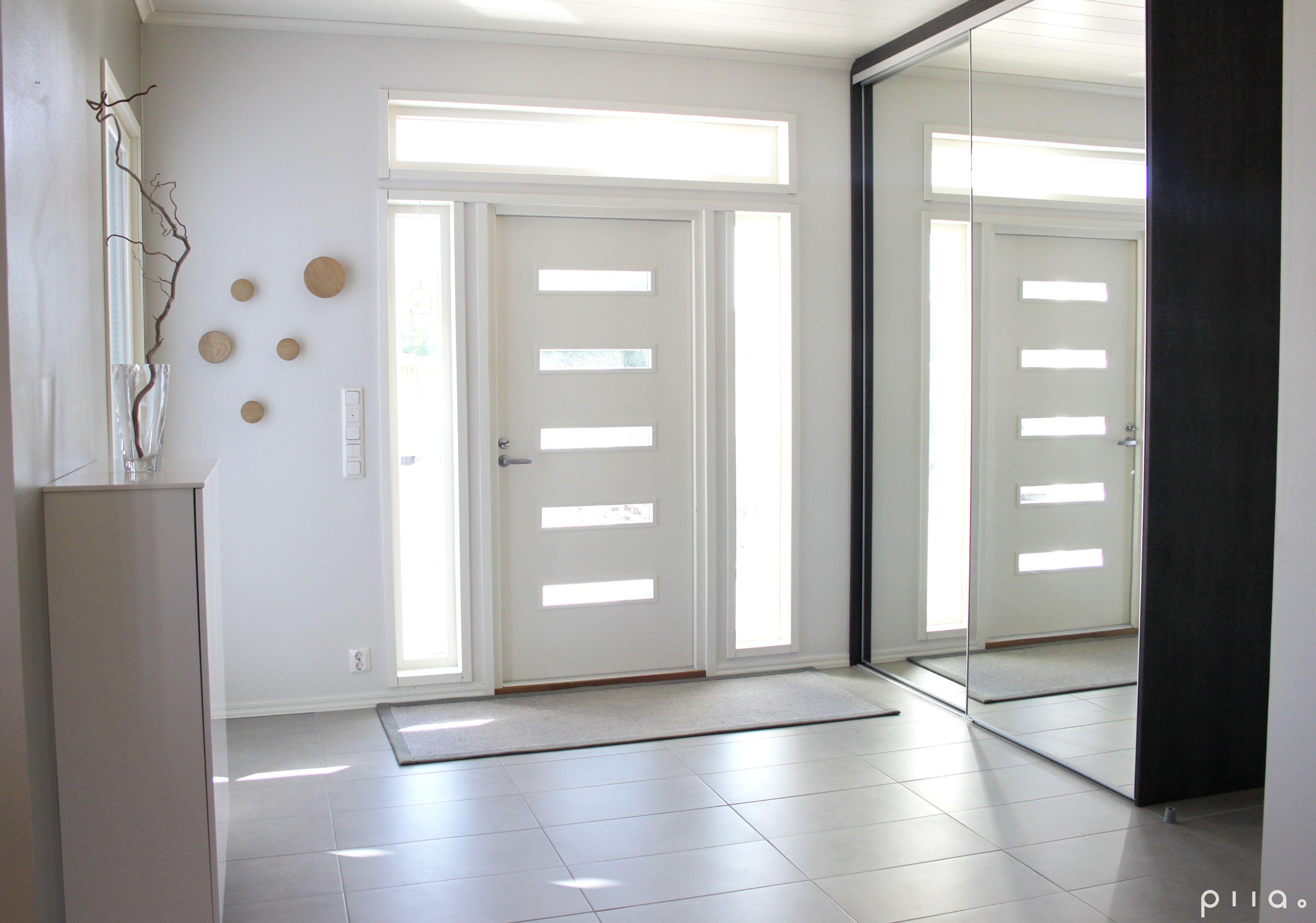 sisääntulo  Eteinen, ovi, ikkunat, säilytys heti oven vieressä, avara, valoi