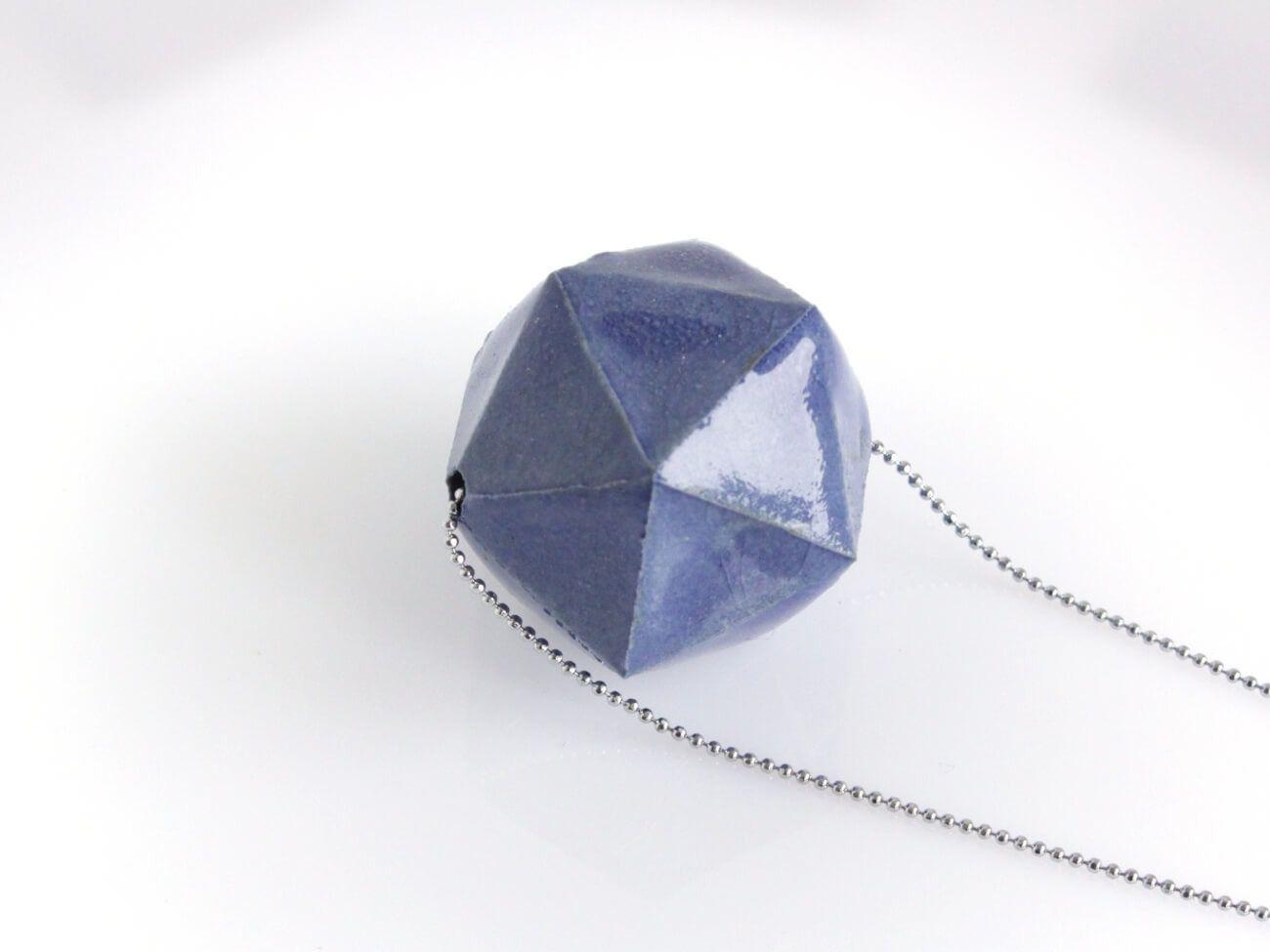 Pendentif géométrique bleu : Collier par Diastem