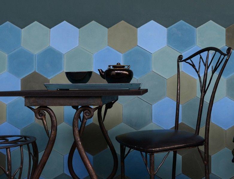 Emery Cie Basse Def Ambiance Cafe Carreaux Ciment Hexa Unis Divers Bleus Et Verts Carrelage Hexagonal Carrelage Mur D Inspiration