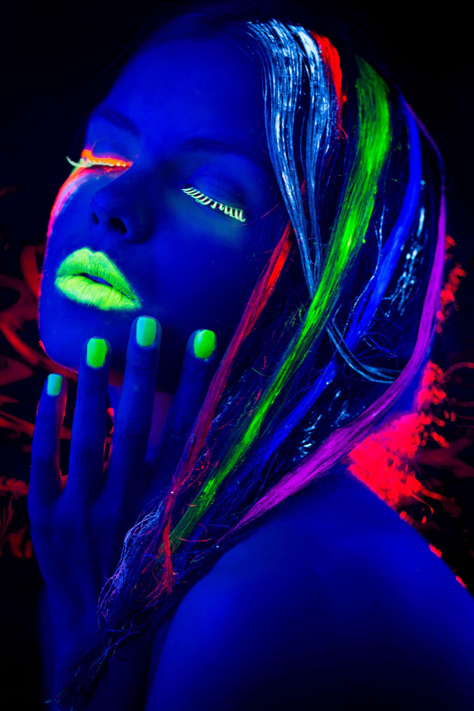 Maquillaje Fluorescente Para Brillar En La Oscuridad Hogarmania Fotografia Neon Maquillaje De Neon Maquillaje Fluor