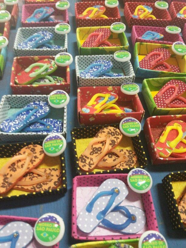 Tem chinelinhos coloridos e mimosos em Morro de São Paulo -Ba. Mais uma criação Atelier Petitejulie.  COnheça nossa linha de produtos Www.petitejulie. loja2.com.br