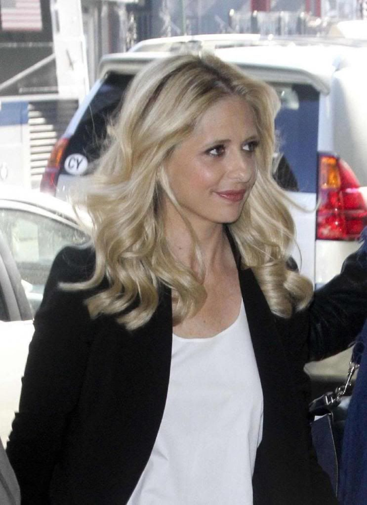 Sarah Michelle Gellar - Signing a Painting of Buffy : Global Celebrtities (F) - FunFunky.com