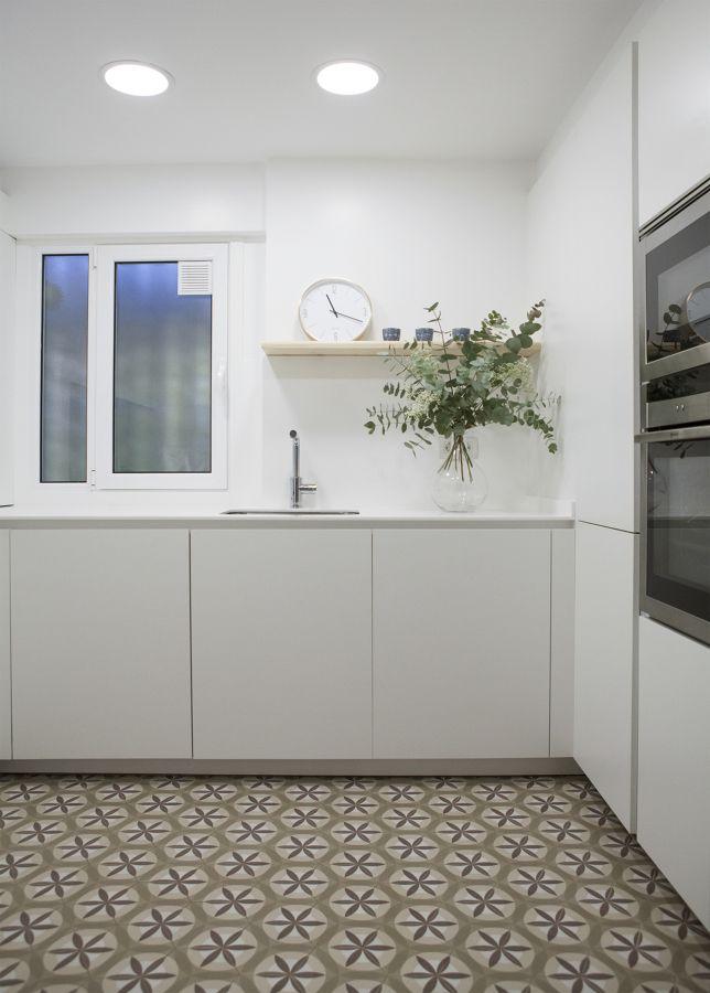 Cocina Blanca Con Suelo Hidraulico Cocinas Pequenas Cocinas