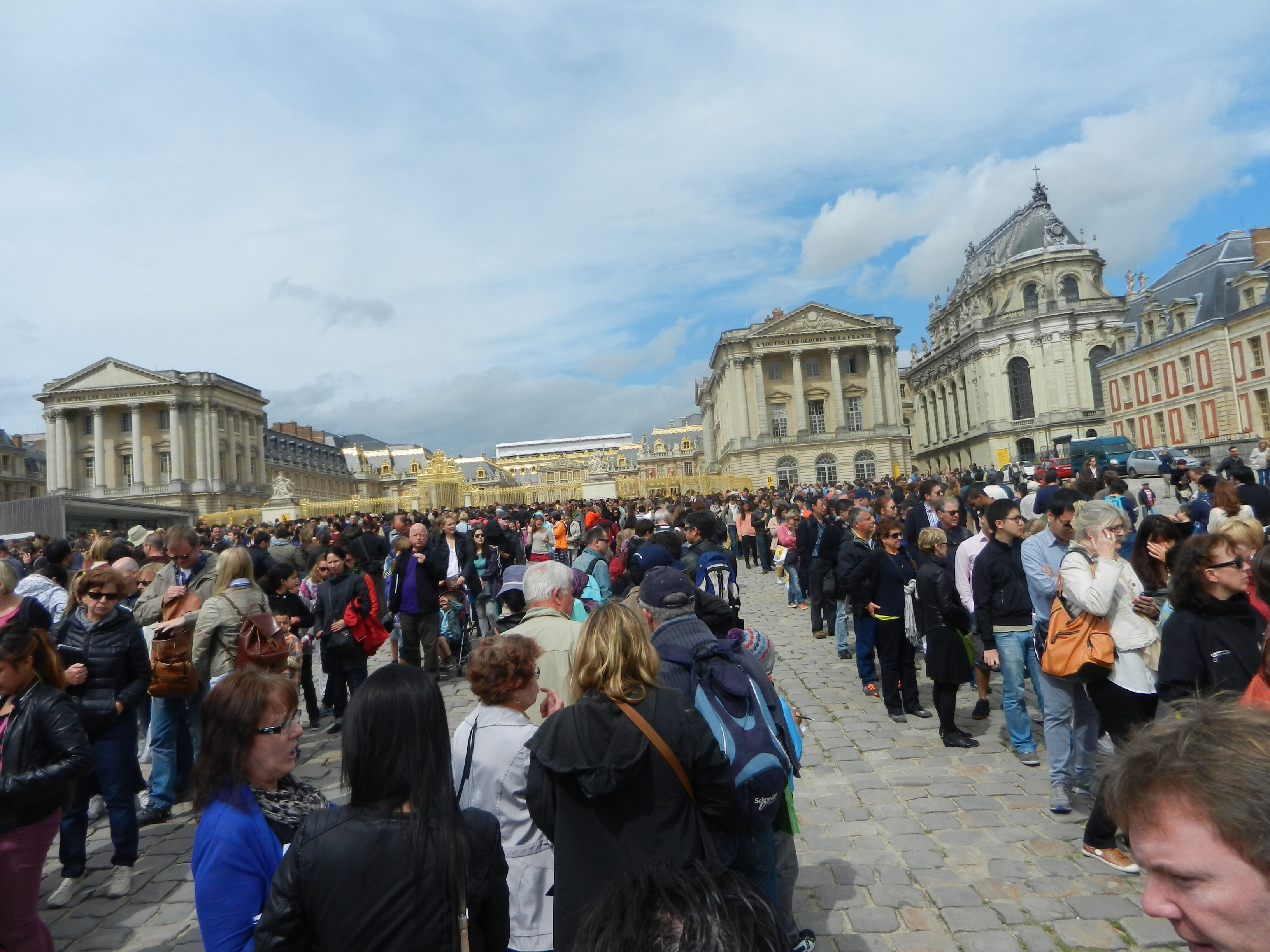 Tinha pouca gente na frente do Palácio de Versalhes... Só que não!