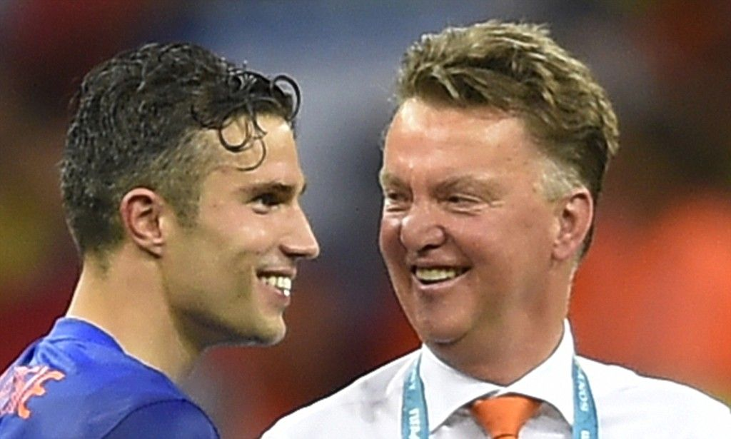 Louis van Gaal orders Man United players to eat together every day!