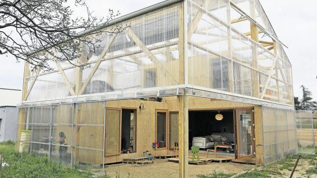 La maison est construite avec une enveloppe en polycarbonate, une