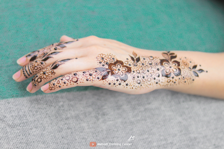طريقة تطبيق الحناء في المنزل بسيطة تصميم حناء جميل جدا للفتيات العربيات الجميلات اجمل حناء Henna Hand Tattoo Hand Henna Mehndi Designs