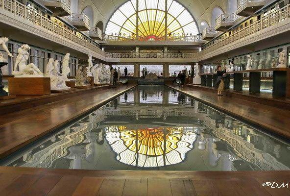 La piscine musée dart et dindustrie de roubaix 1998 2001 france j p philippon autour une galerie de sculptures a été installée avec un fond sonore