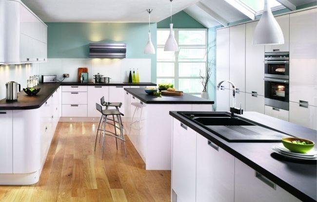 große Küche dachfenster weiße möbel schwarze arbeitsplatten ...