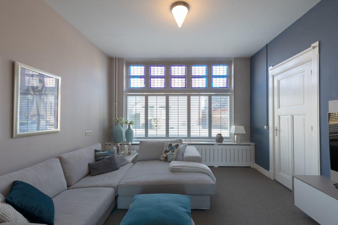 Shutters In Combinatie Met Glas In Lood Ramen Home Deco Woonkamer Ontwerp Thuisdecoratie