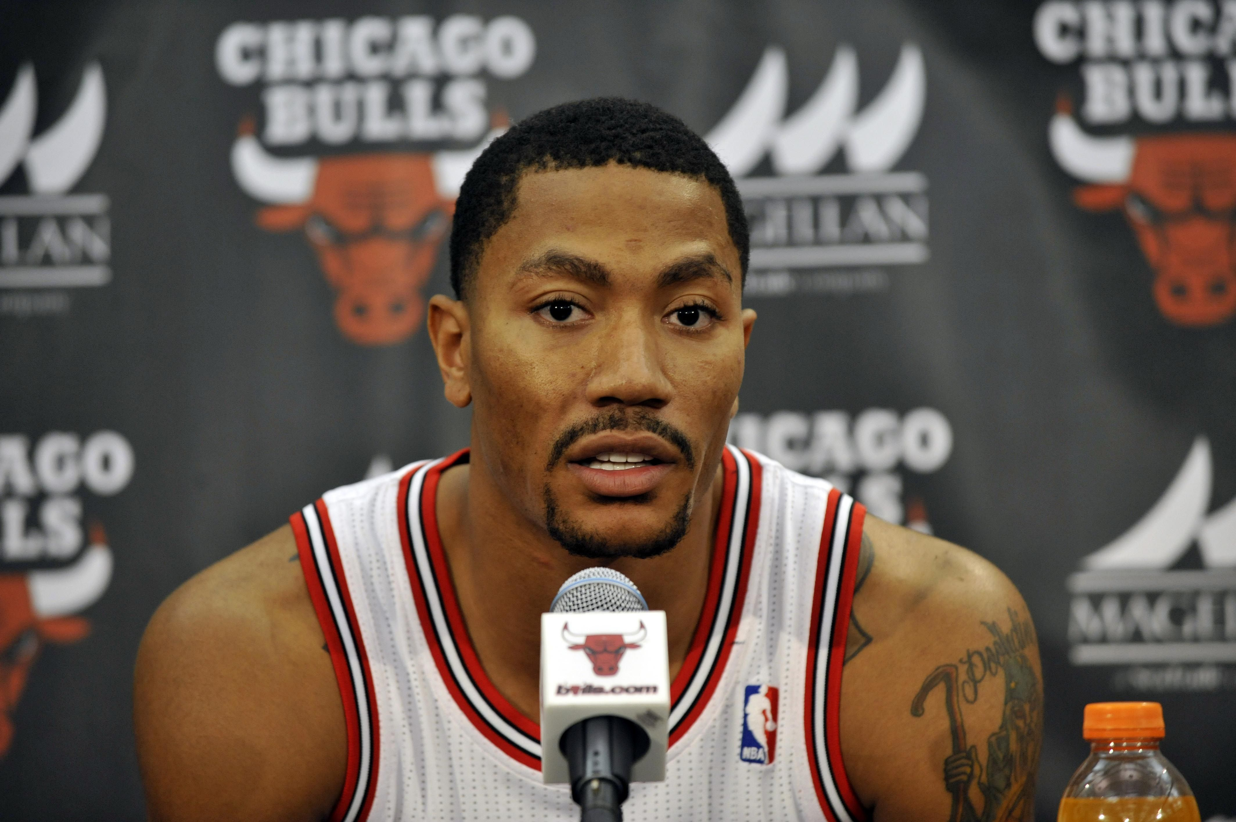 Derrick Rose Mimics Aaron Rodgers By Telling Fans To Relax Derrick Rose Rose Photography Sports Memes