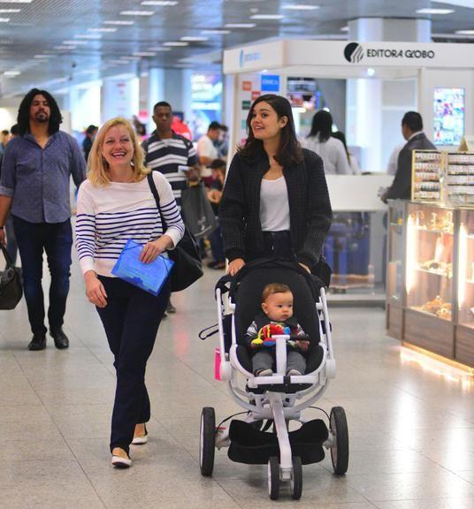 Sophie Charlotte faz raríssima aparição com o filho em aeroporto