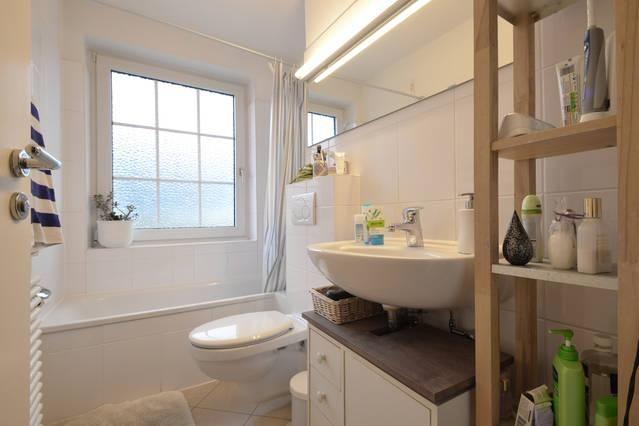 Schlichtes, Schönes Badezimmer In Weiß In Münchner Dachgeschosswohnung # Badezimmer #München #Dachgeschoss