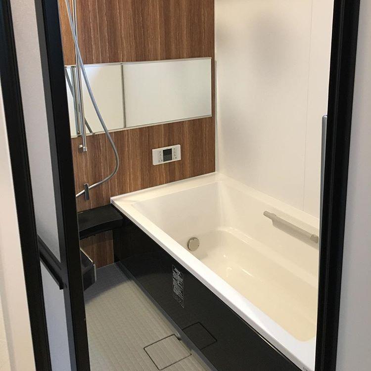 Shinoeruさんはinstagramを利用しています お風呂 いたって普通 すごく普通 リクシルはお風呂の窓枠は黒にできるんだけど 窓のサッシを黒に出来きない だからブラウンに妥協 なんで なんで外側のサッシは黒があるのに内側に黒がないのか リクシル