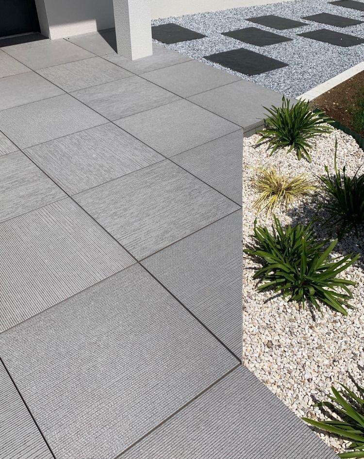 Terrasse Sur Plots Grise Amenagement Jardin En Pente Carrelage Terrasse Exterieur Jardin Chic