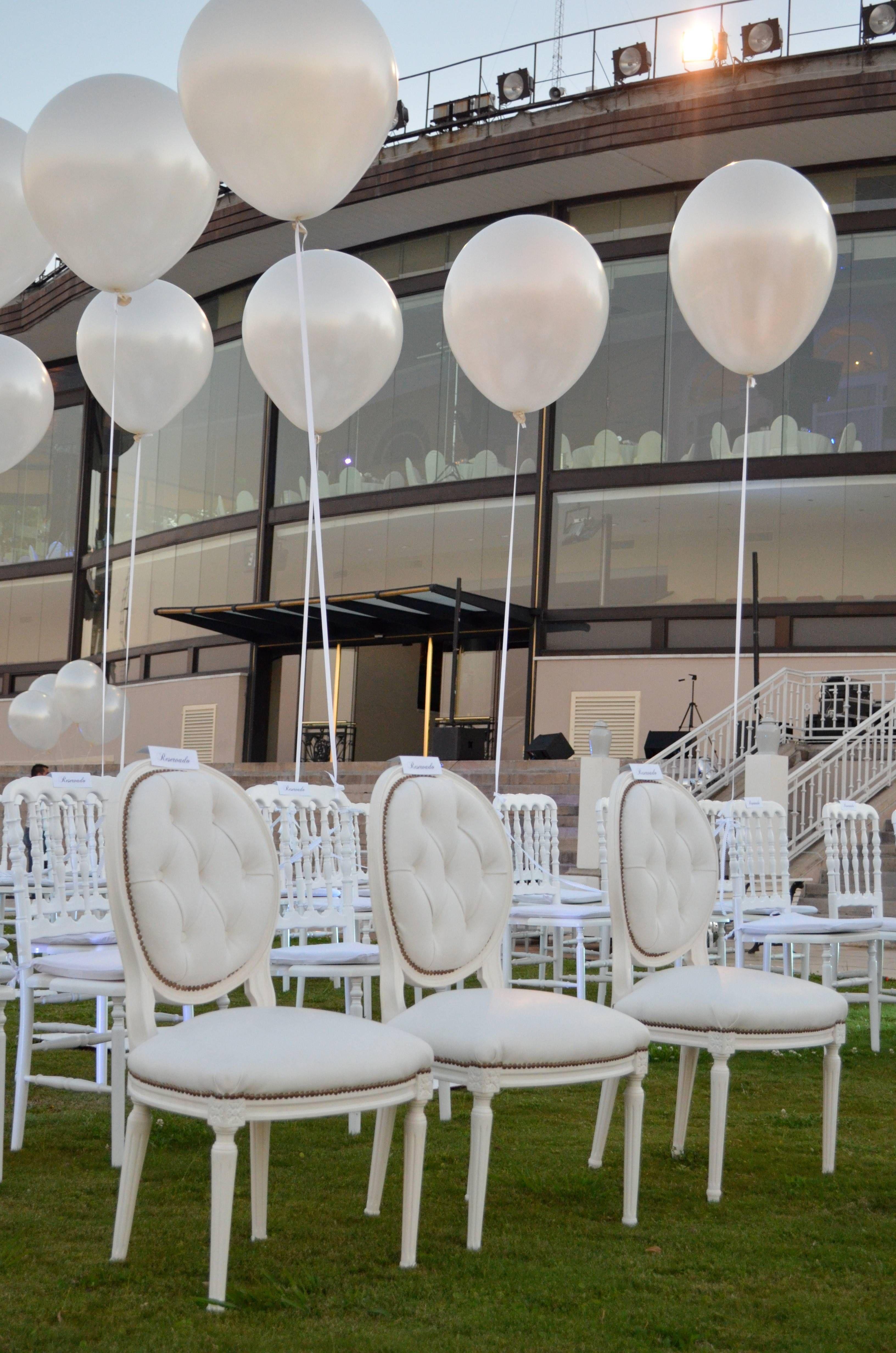 443065ef2 Globos blancos  Un civil lleno de elegancia y sofisticación - por Ramiro  Arzuaga