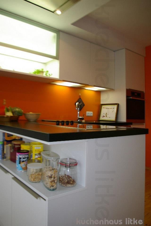 Küche weiß Mattlack als Halbinsel mit Regal auf der Rückseite ...