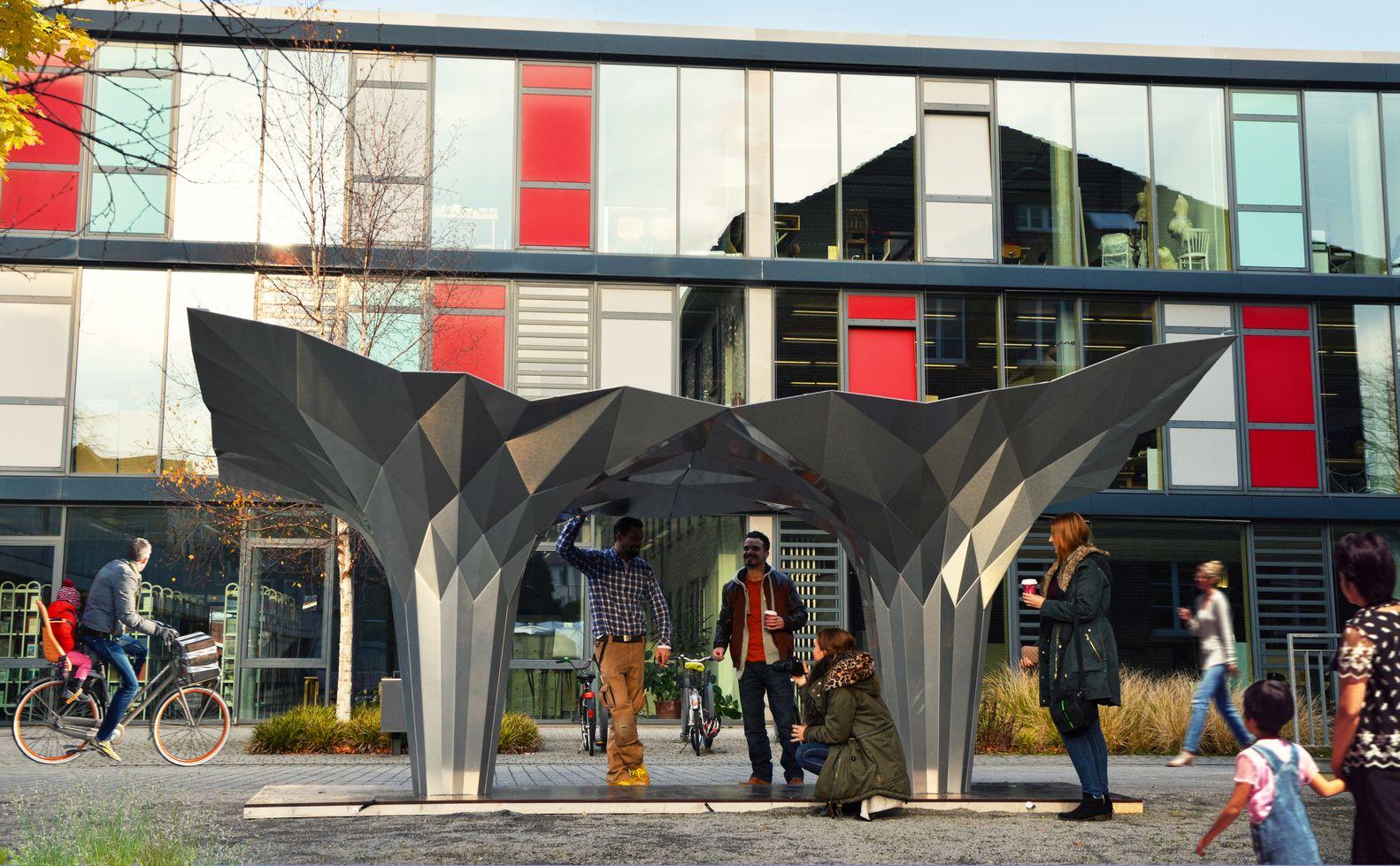 Galeria de Pavilhão Origami oferece um abrigo com oito painéis de alumínio dobrados - 10