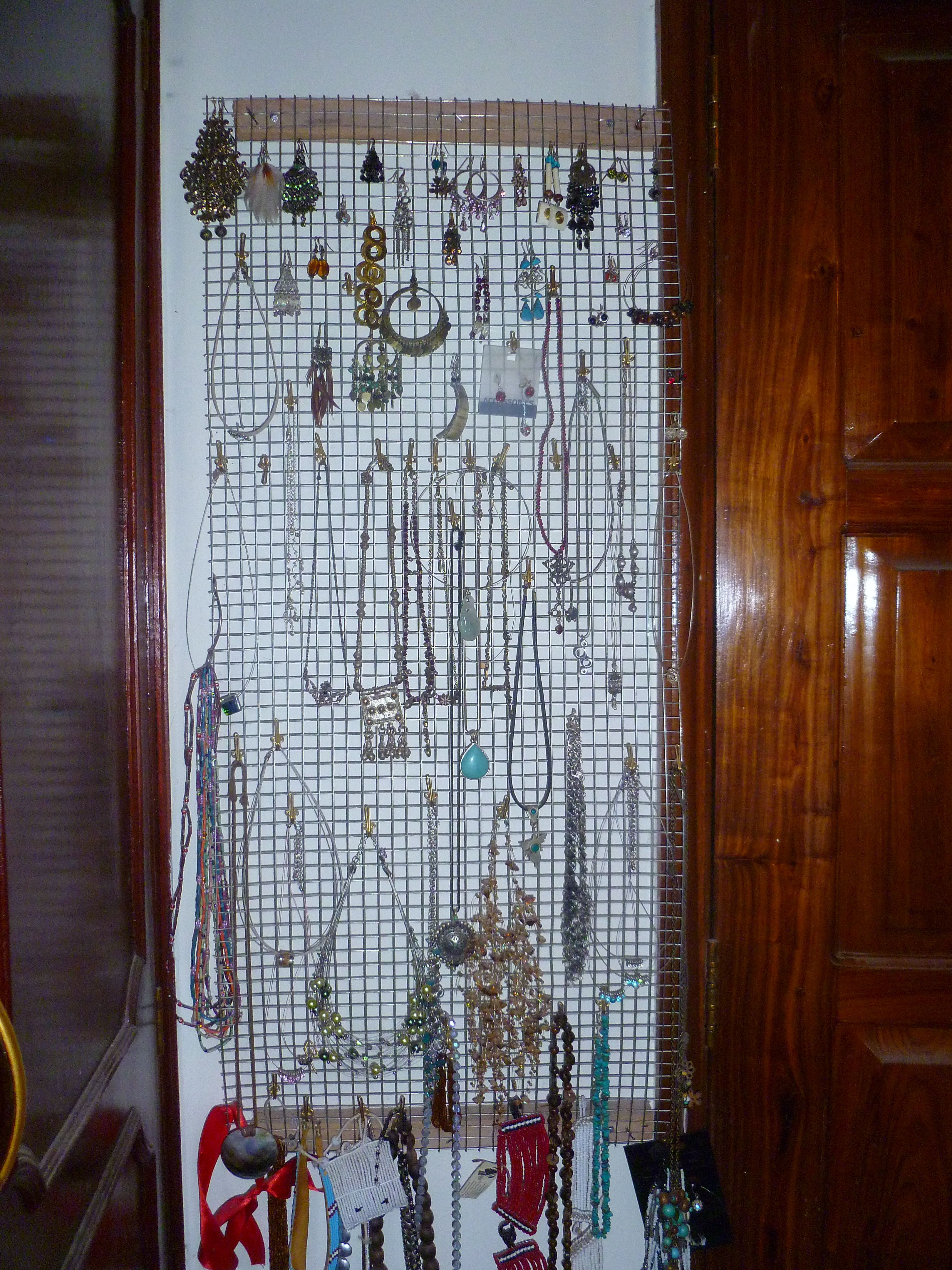 quick own DIY idea use some left over wire mesh for a jewelry