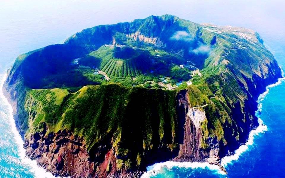 Resultado de imagen de Aogashima es una isla volcánica situada a 200 kilómetros de la costa de Tokio.
