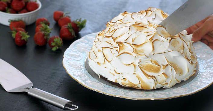 Aljašská torta kombinuje čokoládové cesto s dvomi druhmi zmrzliny a nadýchanú snehovú pokrývku. Mňam! Recept, ktorý si zamilujete. Dezert, zákusok