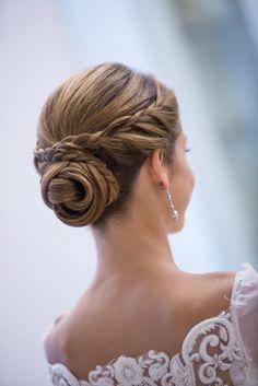 d283f8bc8 blog novias beatriz alvaro vestidos novia a medida alta costura madrid.  Ideal el moño que llevó Carmen el día de su boda. Mayte Lucas