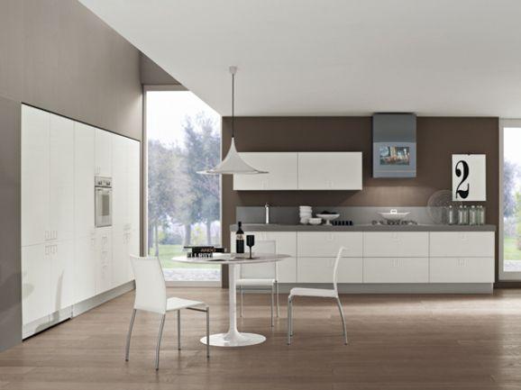 Cucina lineare moderna con colonne dispensa in finitura bianco ...