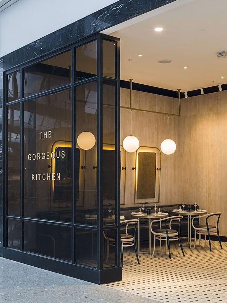 Restaurant kitchen design  fachada preta em restaurante revestido em madeira clara  retail