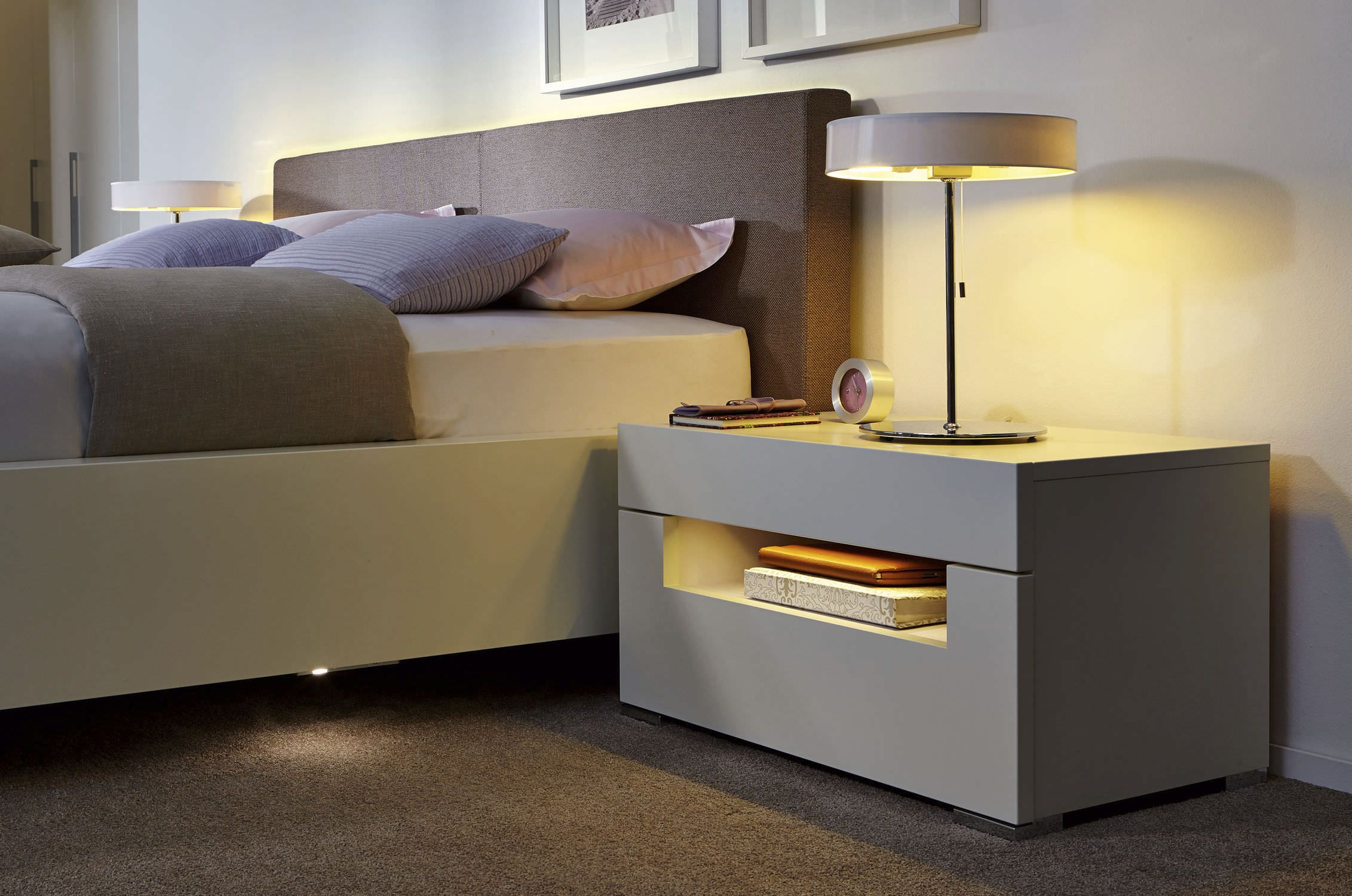 Mesa de noche moderna de madera lacada con luz ELUMO II hlsta