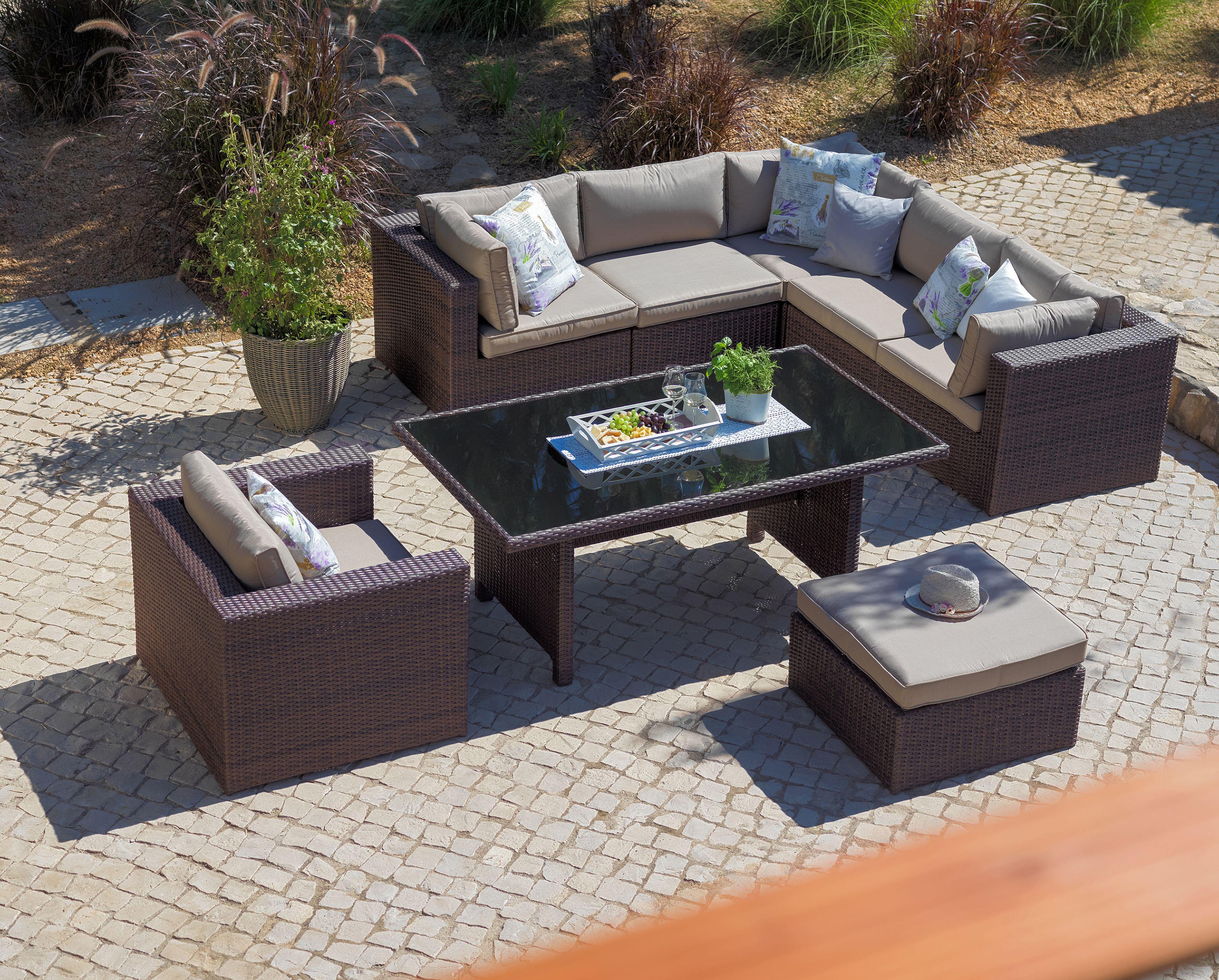 Großzügige Lounge aus Rattan für den Garten oder die Terrasse ...
