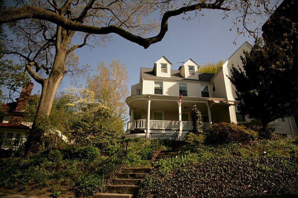 A Beautiful House In Kew Gardens Queens New York Kew Gardens Was Home To Many Famous People Including Charlie Chaplin And Dor Queens New York Kew Gardens City