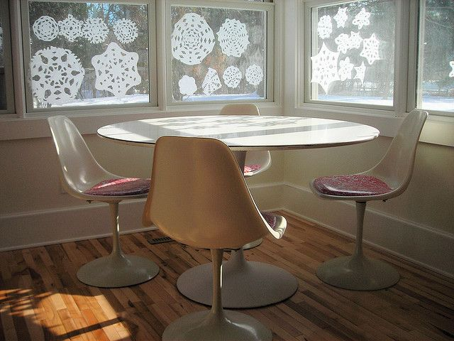 faux saarinen dining table and chairs