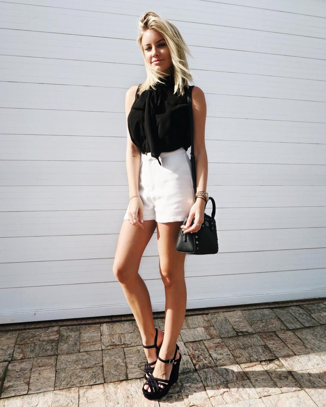 E ja que vcs me falaram que gostam que eu poste meu look do dia, esse foi o de hoje  Preto e branco, será que eu amo? Hahaaha ah! E esse detalhe no pescoço, é um laço da blusa, to adorando nesse estilo #ootd