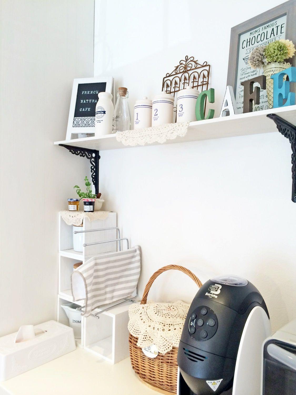 キッチンの飾り棚にはオシャレな雑貨を置いて楽しむ 株式会社コグマ