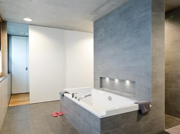 Badezimmer mit reduzierter Einrichtung Badezimmer Pinterest