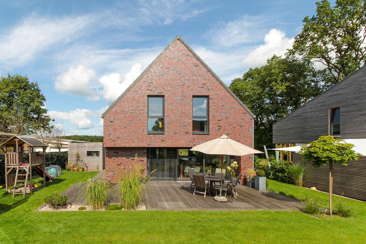 Garten Mit Terrasse Eines Modernen Einfamilienhauses Mit Freisitz Von Eco System Haus Haus Klinkerhaus Traumhaus