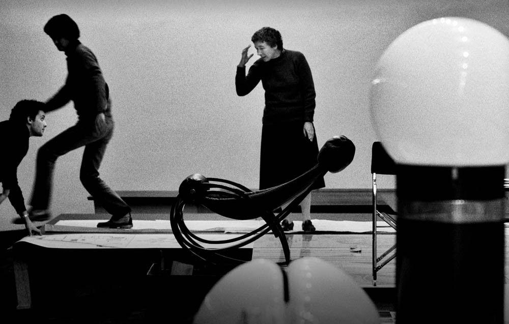 M<3 Cesare Colombo | 1979 Gae Aulenti durante l'allestimento della mostra personale al PAC di Milano