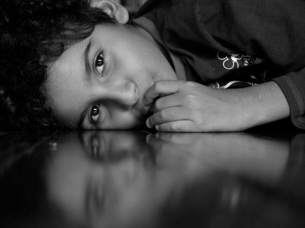 Foto de niño descansando en el piso