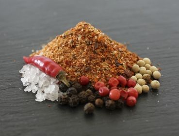 Chili-Salz aus biologischem Anbau. Passt zu allen Gerichten mit Pfiff. Zutaten: Salz, Chiliflocken, Cayenne weisser Pfeffer, schwarzer Pfeffer, rosa Pfeffer, Piment, grüner Pfeffer #gewuerz #gewürz #gewuerzmischung #gewürzmischung #spice #seasoning #handmade #swissmade #homemade #food #cooking #geschenk #gourmet #bbq #barbecue #health #flavor #flavour #geschmack #tasty #spicy #flavorgod #delish #delicious #bio #biosuisse #bioinspecta #blackpepper #whitepepper #greenpepper #pinkpepper