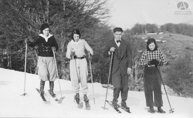 Julio Comezaña y amigos esquiando en los alrededores de Bariloche, Ca. 1930 (Colección Beveraggi en Archivo Visual Patagónico)