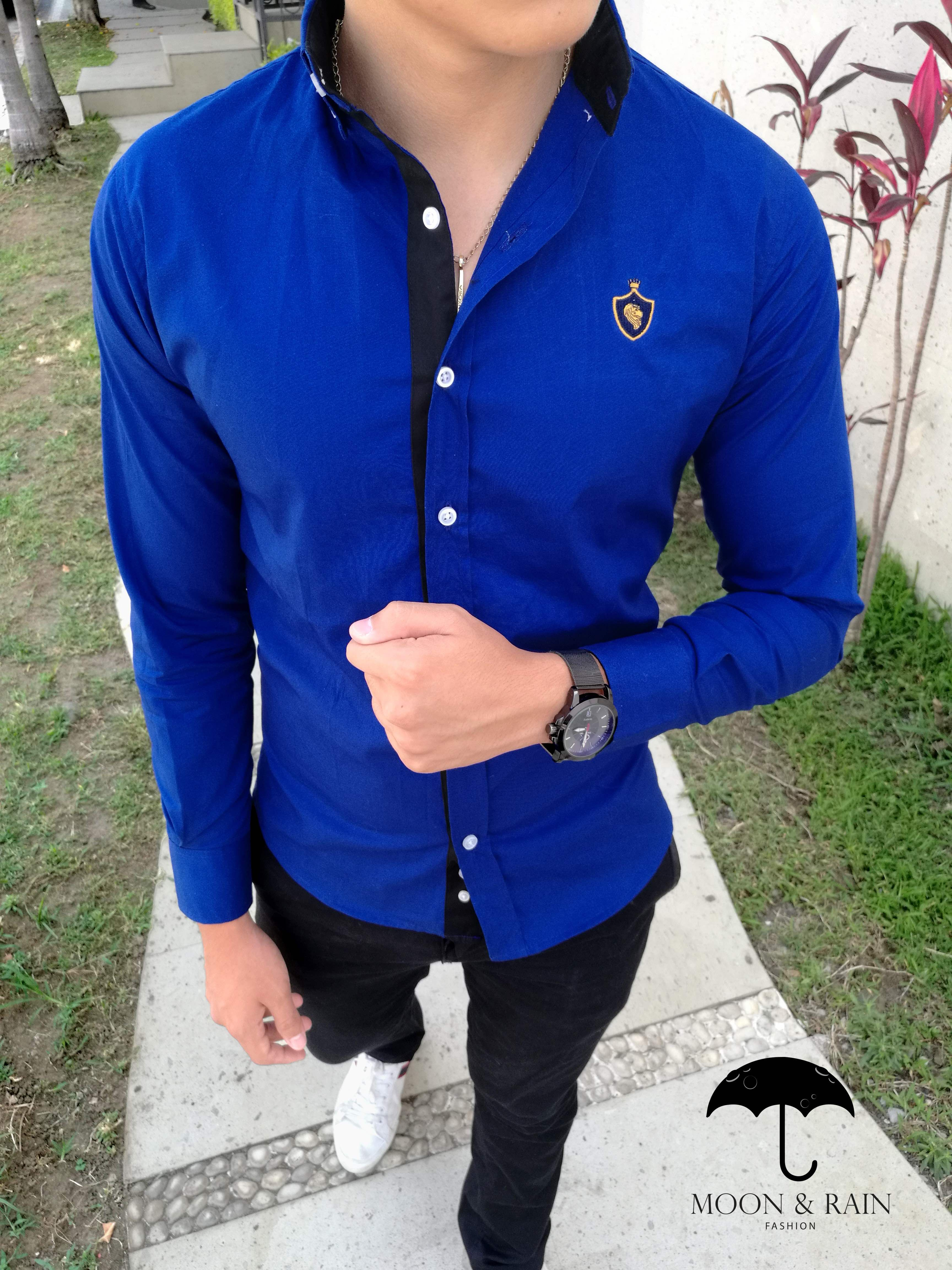 553097902 Outfit para hombre, camisa azul rey slim fit con detalles negros, pantalón  de gabardina y tenis blancos| Diseños de la marca Moon & Rain y Tiendas  Platino