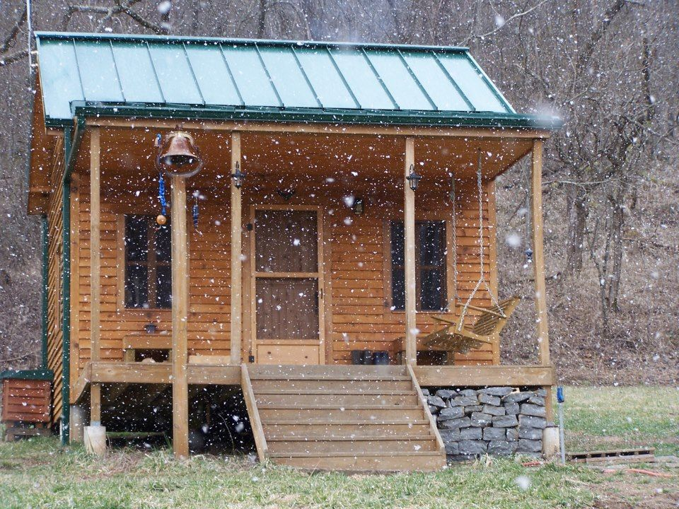 Solar powered cabin so awesome teeny tiny houses for Log cabin gunsmithing