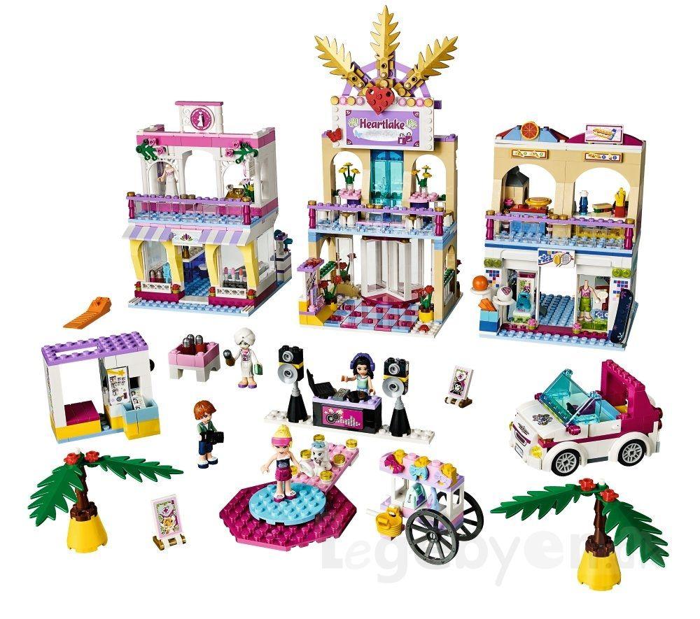 LEGO FRIENDS Shopping Mall - 1120 dele. Tag med pigerne på shopping i Heartlake butikscenter! Se på tøj. Prøv en kjole i brudebutikken. Køb pizza efter, før I mødes med Sophie til lidt velfortjent afslapning i skønhedssalonen. Og gå så catwalk til dj'ens fede musik i modeshowet. Pyha, sikke en dag! LEGO FRIENDS butikscenteret indeholder de fire LEGO Friends figurer: Stephanie, Emma, Sophie & Julian, samt Emmas hund, Lady. #LEGOfriends Legebyen.dk