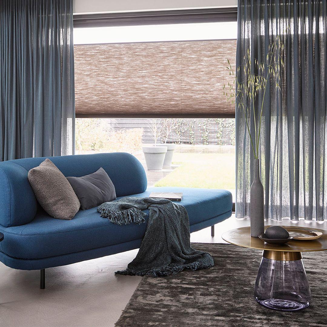 Nieuwe Blog Ga Voor Kleur In Raamdecoratie Mrwoon Raamdecoratie Raamdecoratie Paarse Gordijnen Grijs Interieur