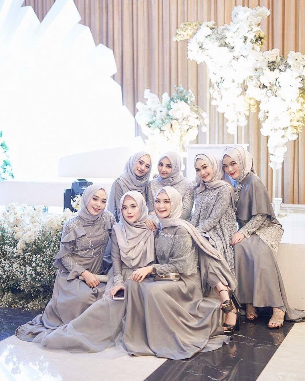 Gambar mungkin berisi: 9 orang  Gaun pengiring pengantin