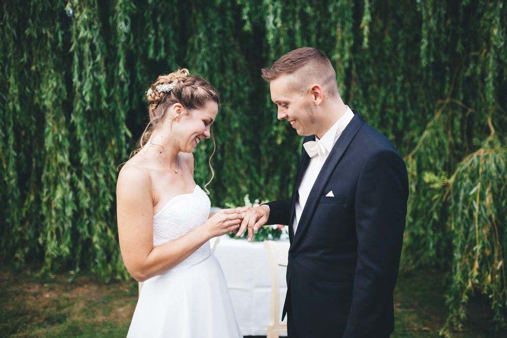 Die Ringe Werden Im Alten Auf Unter Der Trauerweide Getauscht Hochzeitsfotograf Kleid Hochzeit Hochzeit